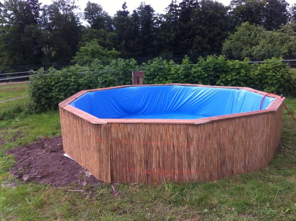 Swimming-Pool-made-out-of-pallets-5 (1)