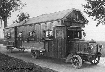 ADN-ZB Deutschland 1922: Ein fahrbares Landhaus für eine große Familie wird gezeigt. Der Wohnwagen besteht aus Wohnstube, drei Schlafzimmern und der Küche. 10.11.1922 1836-22