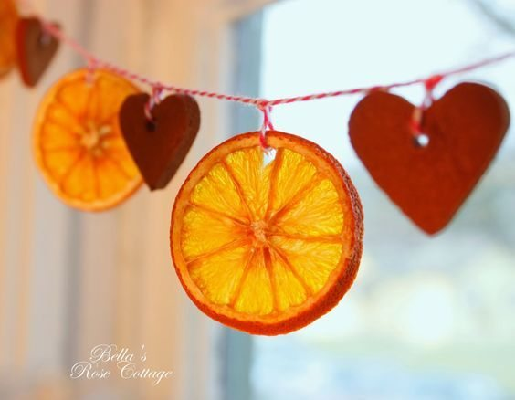 Diy dried orange garland unique holiday decoration for Baking oranges for christmas decoration